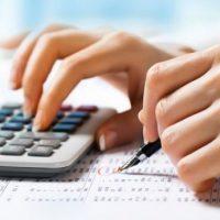 Calculando-con-una-calculadora-619x346